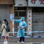 親北京的香港政客要在城市居民面前接種疫苗